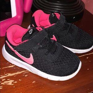 Toddler girls Nike black running shoes